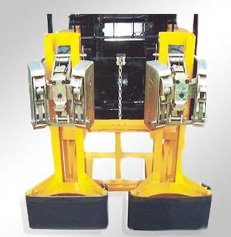 二,油桶及其内装物料的重量要小于油桶夹具的